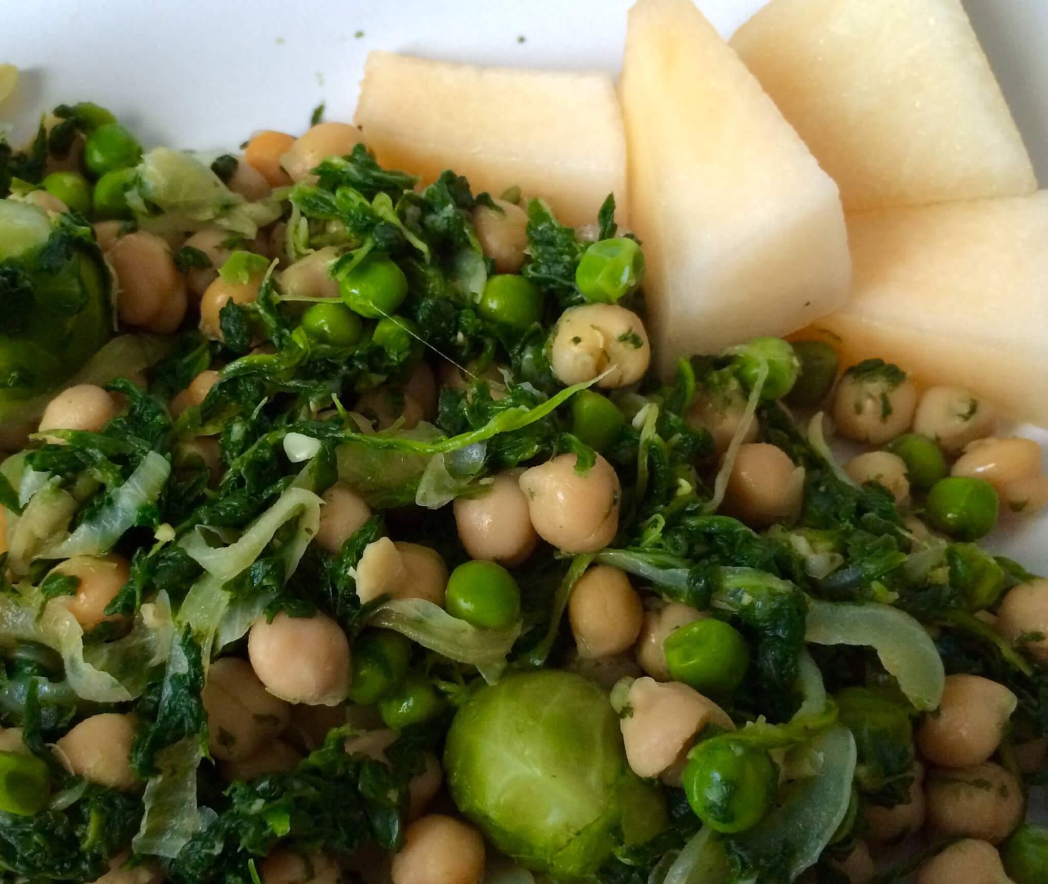 Grãos com espinafres, couve de bruxelas, cebola, ervilhas e melão