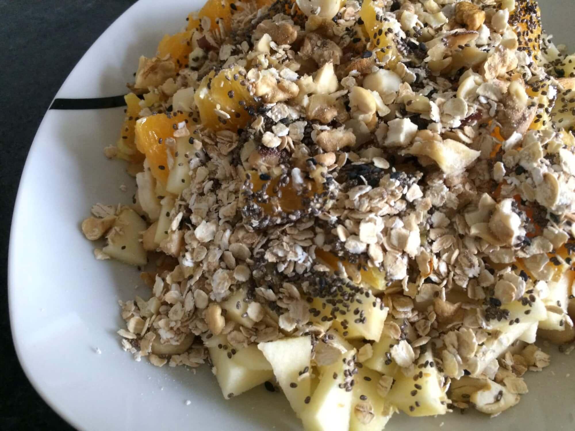Fruta picada com aveia e sementes de chia e sésamo