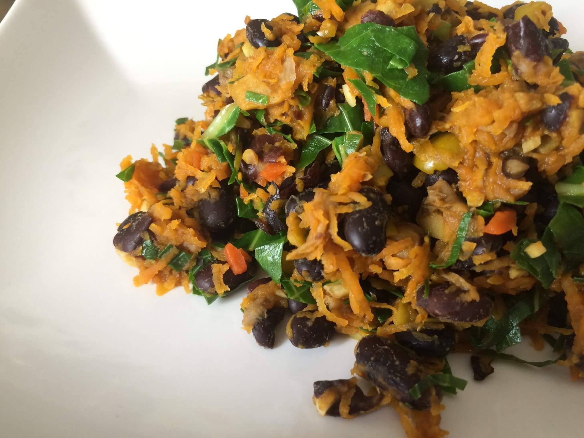 Salada de feijão preto, cenoura, azeitona, e couve