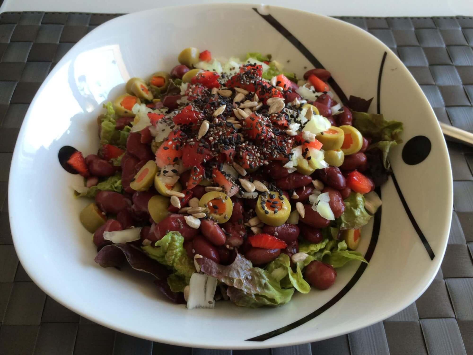Salada de feijão vermelho, morango, azeitona, alface, sementes de chia e sésamo