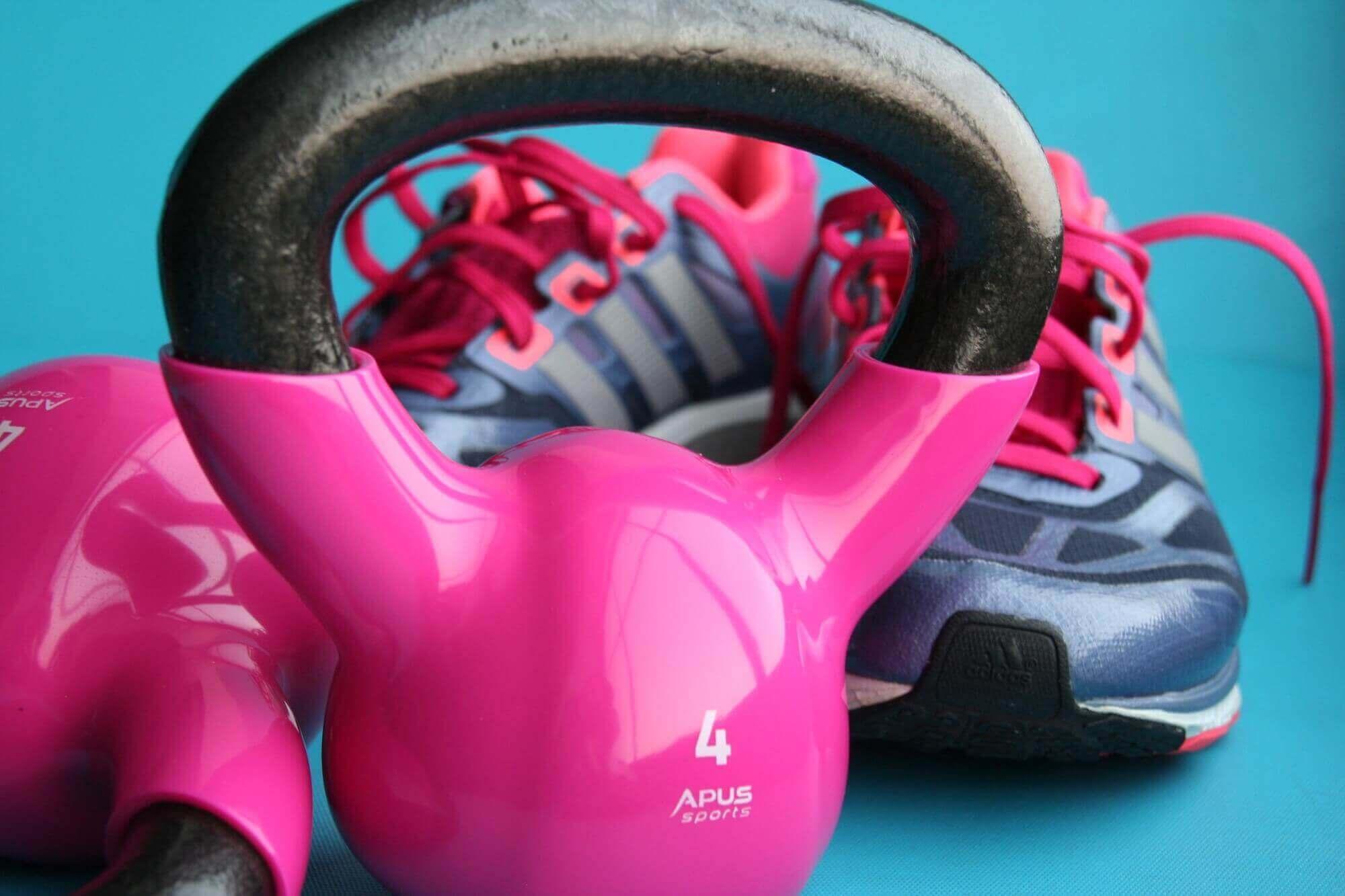 Exercício com kettlebells e ténis